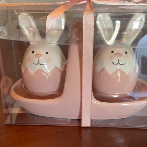 ADORABLE EASTER BUNNY SALT & PEPPER SHAKERS